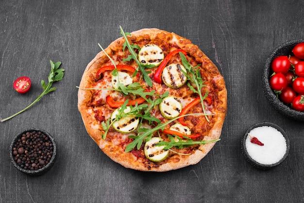 Disposizione della pizza di rucola vista dall'alto Foto Gratuite