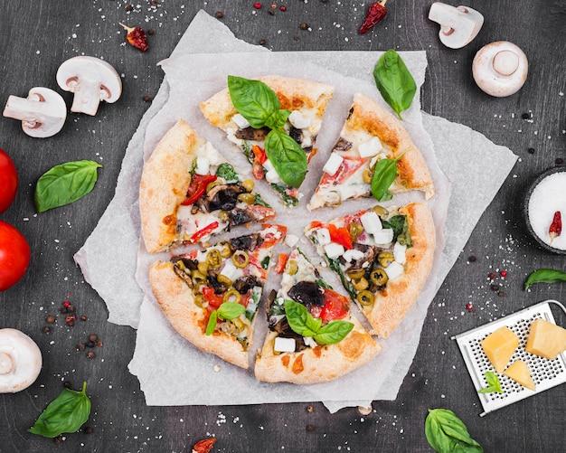 Disposizione delle fette di pizza soffice e piatta Foto Gratuite