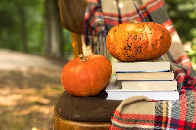 Disposizione di autunno del primo piano con le zucche sulla vecchia sedia Foto Gratuite