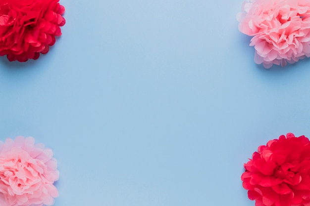 Disposizione di bel fiore falso rosso e rosa per la decorazione Foto Gratuite