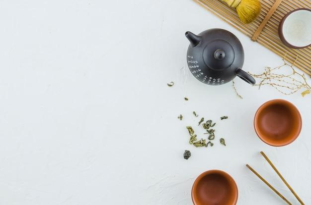 Disposizione di cerimonia di tè asiatica tradizionale su priorità bassa bianca Foto Gratuite