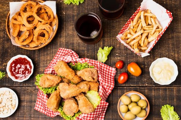 Disposizione di flay del pasto degli alimenti industriali sulla tavola di legno Foto Gratuite
