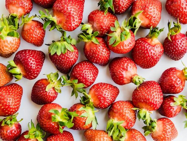 Disposizione di frutta con fragola Foto Gratuite
