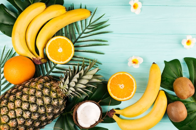 Disposizione di frutti e foglie tropicali Foto Gratuite