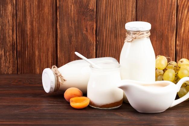 Disposizione di latte e frutta Foto Gratuite