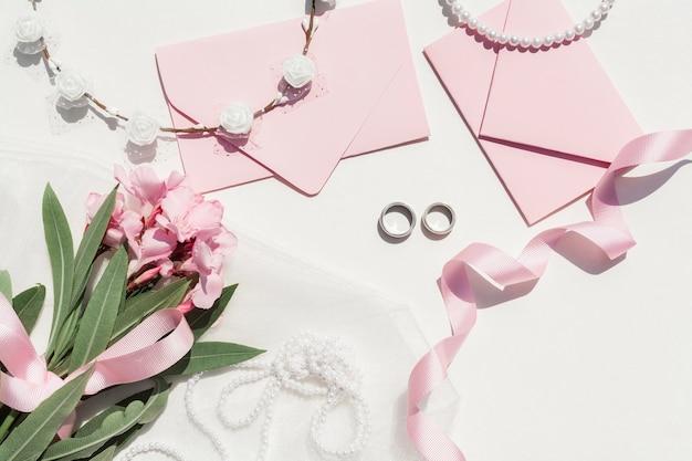 Disposizione di nozze carino su sfondo bianco Foto Gratuite