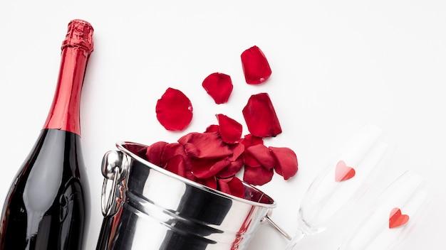 Disposizione di san valentino con champagne e bicchieri Foto Gratuite