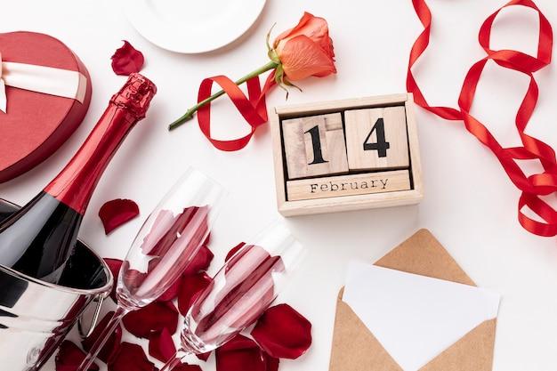 Disposizione di san valentino vista dall'alto con champagne e bicchieri Foto Gratuite