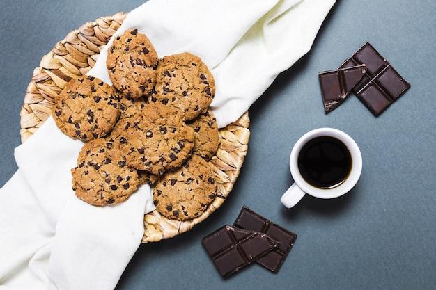 Disposizione di vista superiore con biscotti, cioccolato fondente e caffè Foto Gratuite