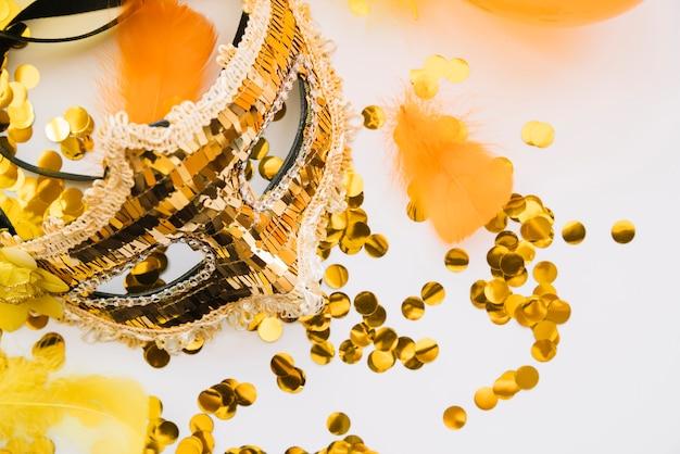 Disposizione elegante della maschera dorata di carnevale Foto Gratuite
