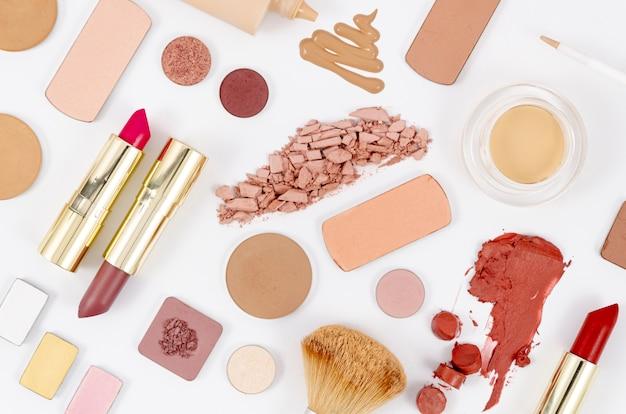 Disposizione femminile dei cosmetici su fondo bianco Foto Gratuite