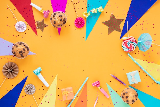 Disposizione festiva laica piatta per la festa di compleanno con spazio di copia Foto Gratuite