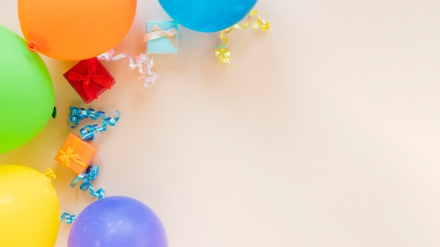 Disposizione festiva per la festa di compleanno con palloncini e copia spazio Foto Gratuite