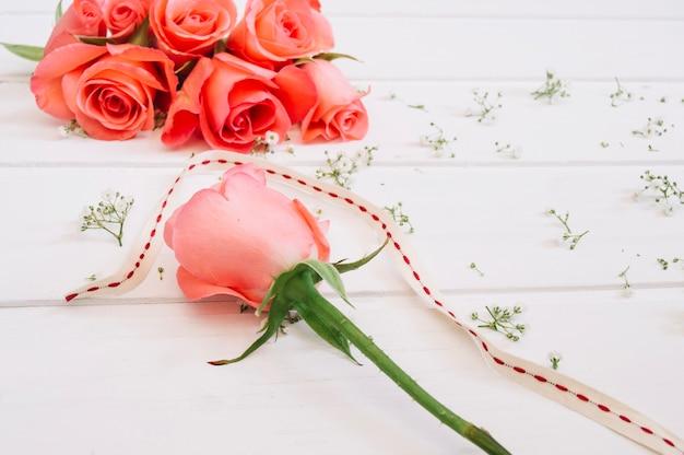Disposizione floreale con salmone rosa staccata Foto Gratuite