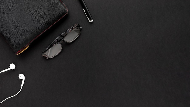 Disposizione minimalista di affari su fondo nero con lo spazio della copia Foto Gratuite