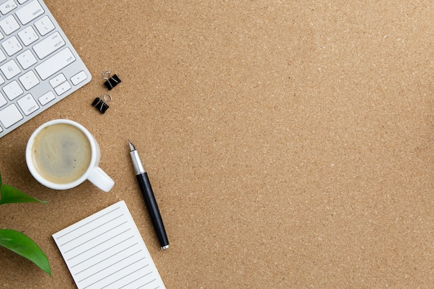 Disposizione moderna del posto di lavoro su fondo marrone Foto Gratuite
