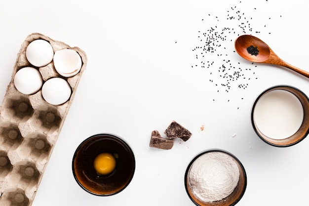 Disposizione piana degli ingredienti del pane su fondo bianco Foto Gratuite