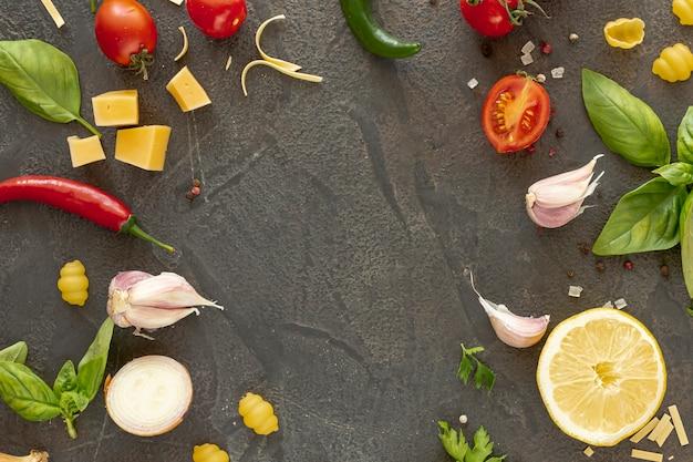 Disposizione piana degli ingredienti mediterranei con lo spazio della copia Foto Gratuite