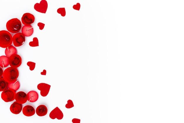Disposizione piana dei cuori di san valentino con le candele e lo spazio della copia Foto Gratuite