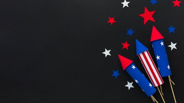 Disposizione piana dei fuochi d'artificio di festa dell'indipendenza con le stelle e lo spazio della copia Foto Gratuite