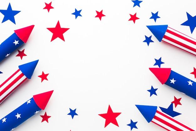 Disposizione piana dei fuochi d'artificio per il giorno dell'indipendenza con le stelle Foto Gratuite