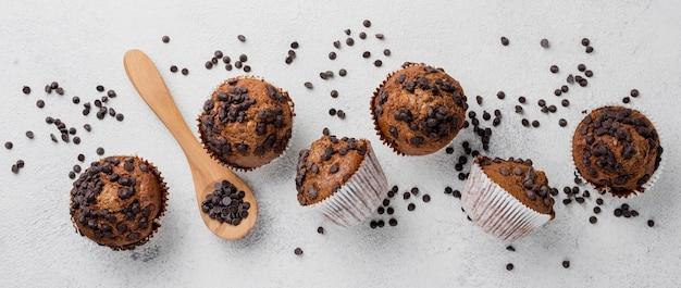 Disposizione piana dei muffin di pepita di cioccolato disposizione piana Foto Gratuite
