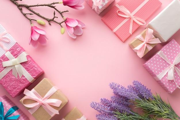 Disposizione piana dei regali con magnolia e lavanda Foto Gratuite