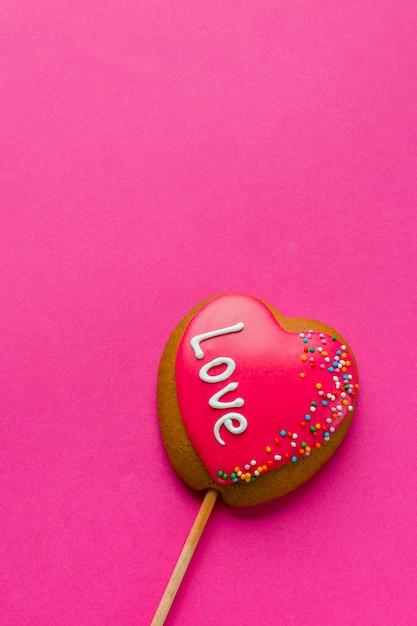 Disposizione piana del biscotto a forma di cuore sullo spazio del bastone e della copia Foto Gratuite