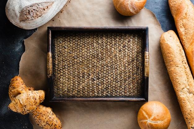 Disposizione piana del cestino e del pane sulla teglia Foto Gratuite
