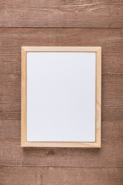 Disposizione piana del menu in bianco su superficie di legno Foto Gratuite