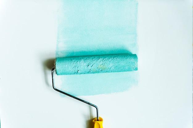 Disposizione piana del rullo di vernice isolata su fondo bianco Foto Gratuite
