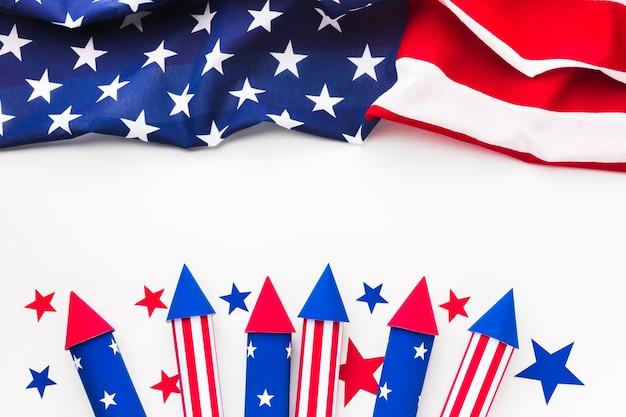 Disposizione piana della bandiera americana con i fuochi d'artificio di festa dell'indipendenza Foto Gratuite