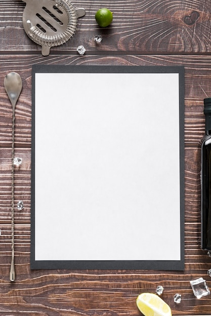 Disposizione piana della carta in bianco del menu su superficie di legno con olio d'oliva Foto Gratuite