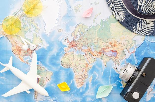 Disposizione piana della mappa con barche di carta Foto Gratuite