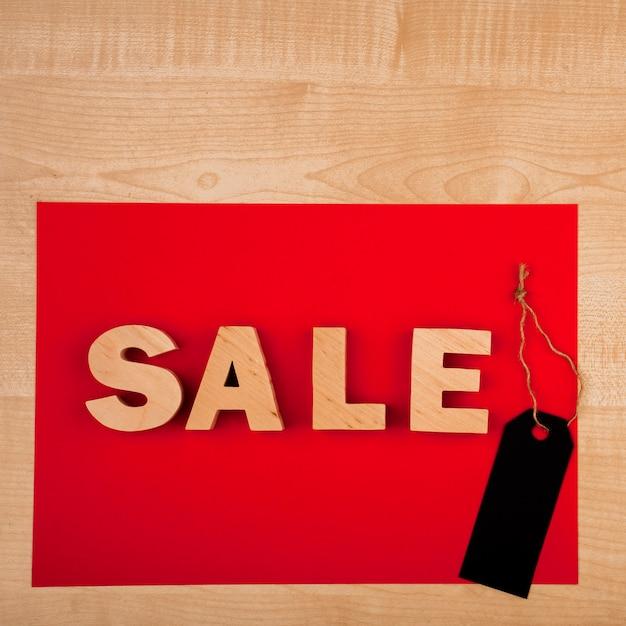 Disposizione piana della parola di vendita sulla tavola di legno Foto Gratuite