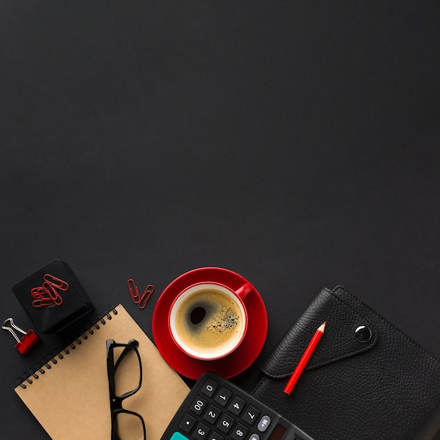 Disposizione piana della scrivania con calcolatrice e agenda Foto Gratuite