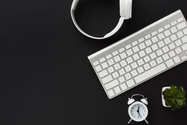 Disposizione piana della tastiera e delle cuffie sul desktop Foto Gratuite