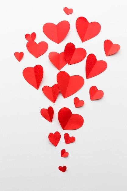 Disposizione piana delle forme del cuore di carta per il giorno di biglietti di s. valentino Foto Gratuite