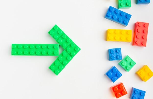 Disposizione piana delle frecce colorate del giocattolo Foto Gratuite