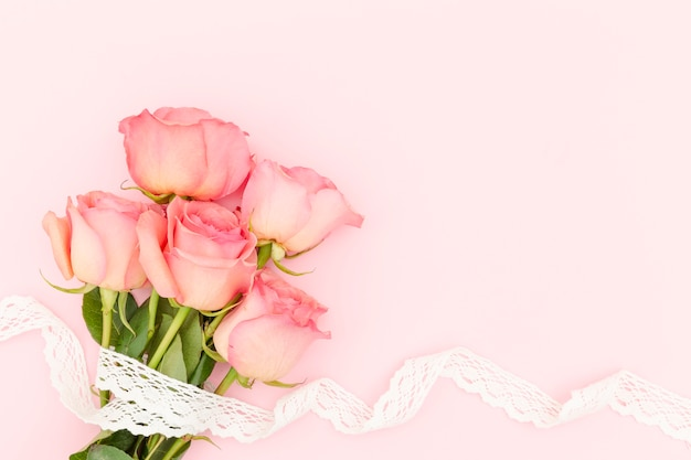 Disposizione piana delle rose rosa con lo spazio della copia Foto Gratuite