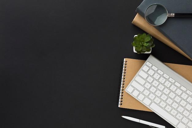 Disposizione piana dello spazio di lavoro con notebook e tastiera Foto Gratuite
