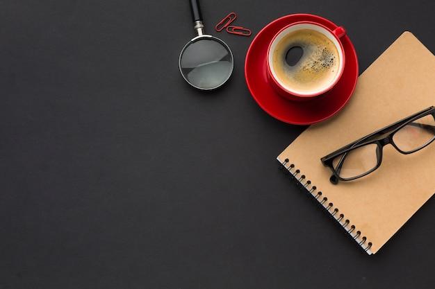 Disposizione piana dello spazio di lavoro con tazza di caffè e taccuino Foto Gratuite