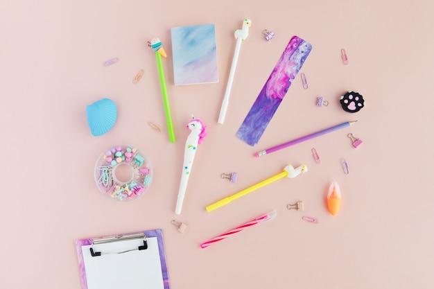 Disposizione piana di cancelleria scolastica alla moda kawaii sul rosa. Foto Premium