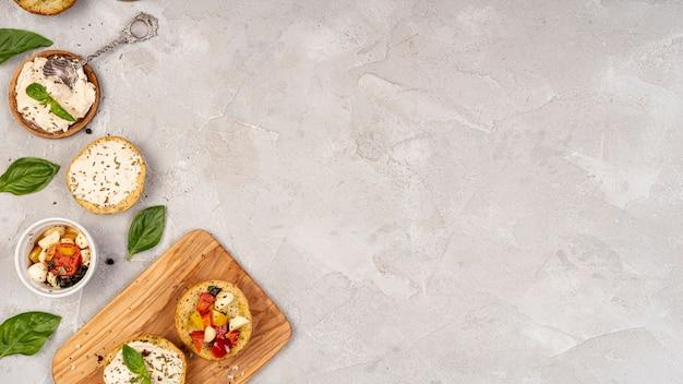 Disposizione piana di cibo delizioso su sfondo semplice con spazio di copia Foto Gratuite
