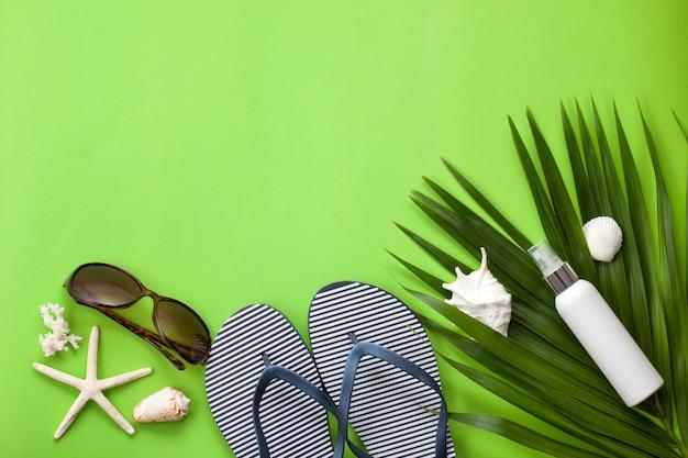 Disposizione piana di concetto di vacanze estive. accessori da spiaggia Foto Premium