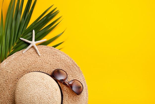 Disposizione piana di concetto di vacanze estive. vista dall'alto di accessori da spiaggia. spazio per il testo viaggio Foto Premium