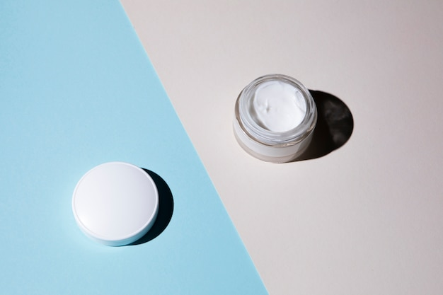 Disposizione piana di crema su fondo blu e grigio Foto Gratuite