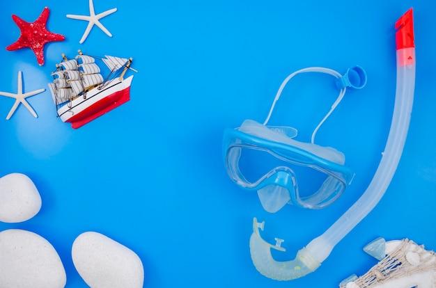 Disposizione piana di fondo blu con l'attrezzatura per l'immersione Foto Gratuite