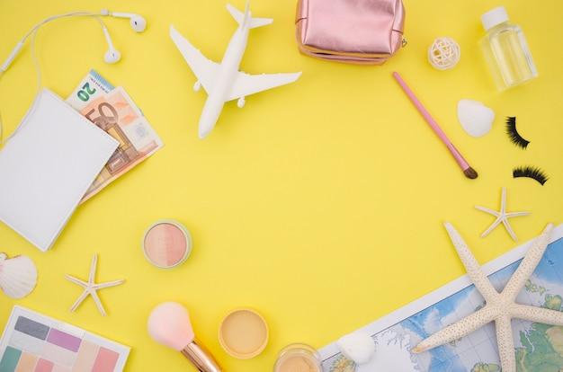 Disposizione piana di fondo giallo con accessori di viaggio Foto Gratuite