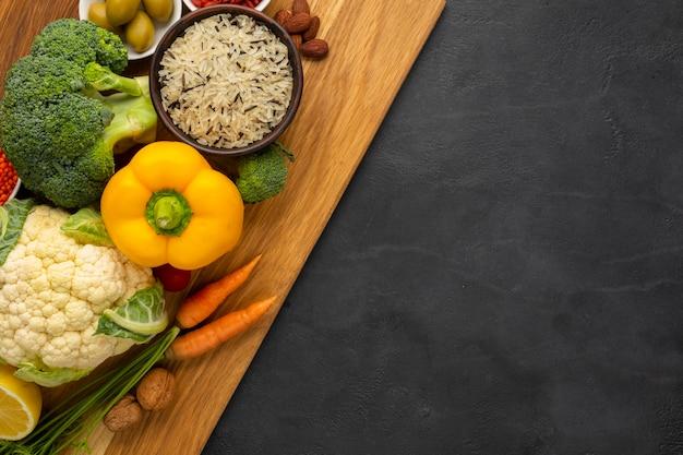 Disposizione piana di generi alimentari sul tagliere Foto Gratuite